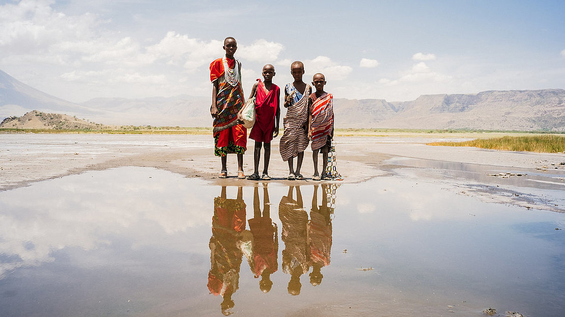 Masai_girls_at_lake